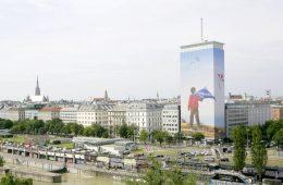 SORGENFREI des tschechischen Künstlers Ivan Exner prägt über die Sommermonate das Wiener Stadtbild.