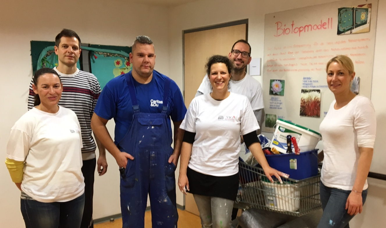 """VIG employees support the painting work in Caritas' """"Haus Noah"""" in the 22nd district in Vienna. Here with (left to right) Alexandra Gratzer, Asmir Music, Asmir Skurlic (""""Haus Noah"""" employee), Sonja Raus, Philipp Radlberger and Christin Nippe. © Vienna Insurance Group"""
