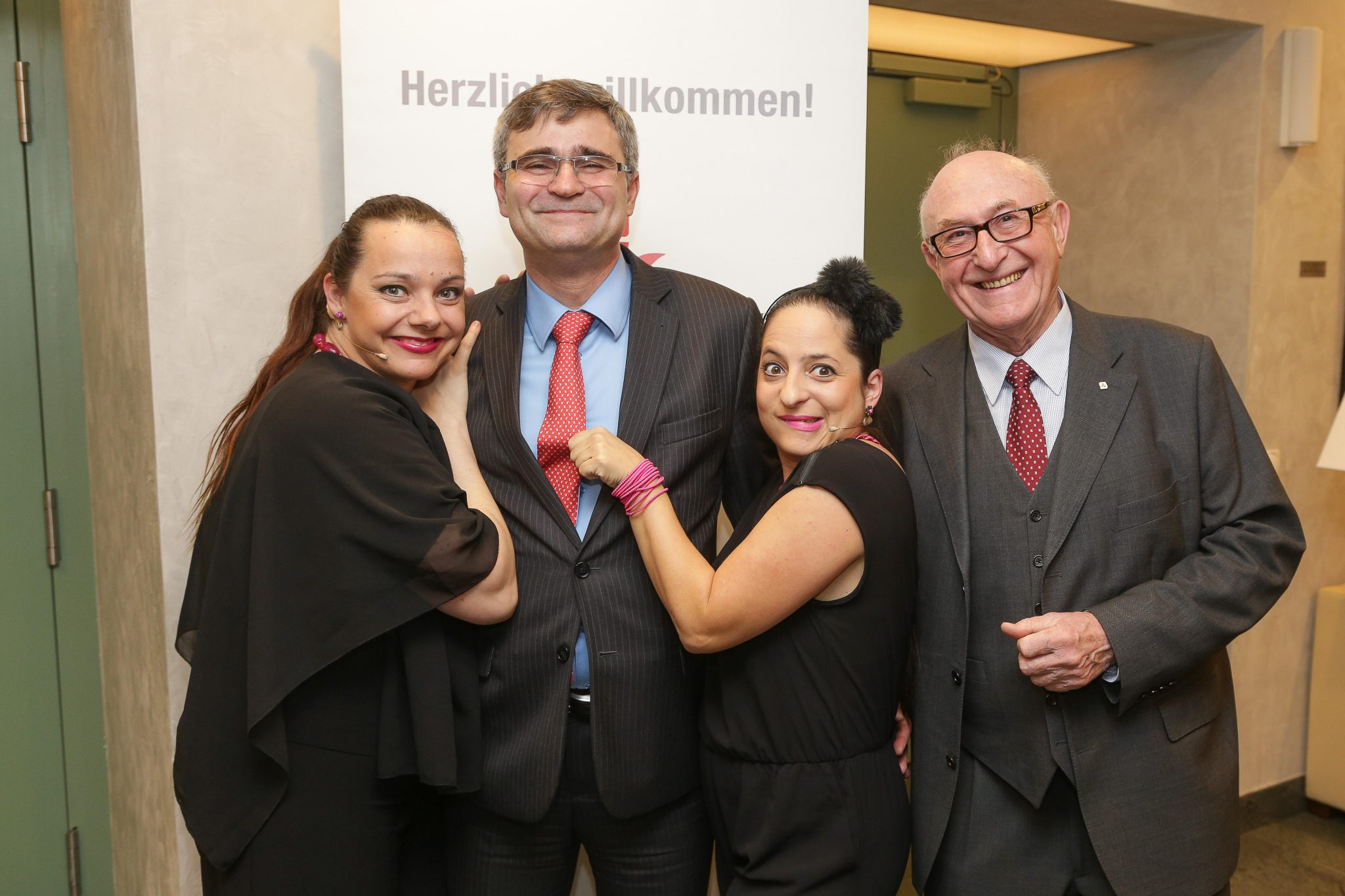 On the picture from the left: Artist Gudrun Nikodem-Eichenhardt, Peter Mišík (Ambassador of the Slovak Republic), Artist Caroline Athanasiadis & Günter Geyer (Managing Board Chairman, Wiener Städtische Versicherungsverein) © Wiener Städtische Versicherungsverein