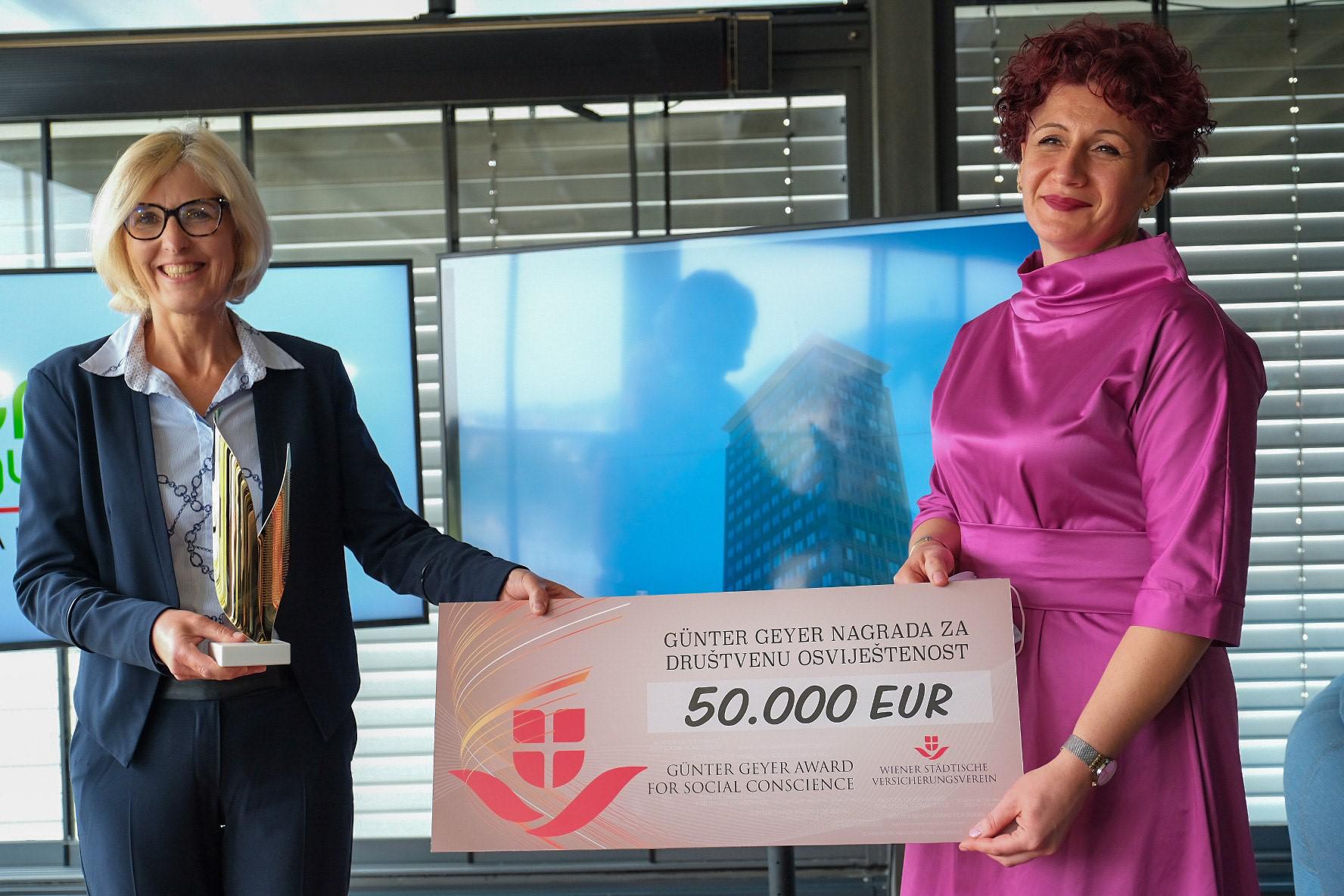 In feierlichem Rahmen nahm Vienna Osiguranje-CEO Sabina Mujanović (am Bild rechts) Scheck und Pokal von Dr. Ulrike Hartmann, österreichische Botschafterin in Bosnien und Herzegowina, entgegen.